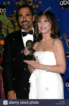 Download this stock image: Sept. 19, 2004 - Hollywood, California, U.S. - K39423EG.56TH ANNUAL PRIMETIME EMMY AWARDS PRESSROOM AT THE SHRINE AUDITORIUM IN LOS ANGELES, CALIFORNIA.09/19/04.  /E.G.I./   2004.MARLO THOMAS AND BROTHER TONY THOMAS(Credit Image: © Ed Geller/Globe Photos/ZUMAPRESS.com) - CCTDMA from Alamy's library of millions of high resolution stock photos, illustrations and vectors.