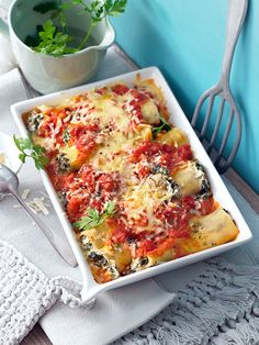 Cannelloni mit Spinat, Tomaten, Käse und Frischkäse