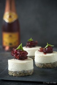 Goat cheese cheesecake snack with red onion jam - Tapas Menu, Tapas Party, Party Snacks, Alice Delice, Catering, Cheesecake, Different Recipes, High Tea, Appetizer Recipes