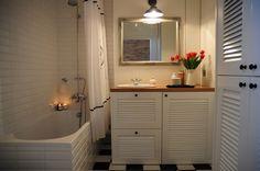 Biała łazienka. Niewielka łazienka w stylu skandynawskim. Skandynawska łazienka w bieli. Projekt nowoczesnej łazienki. Aranżacja łazienki. Studio Loko.