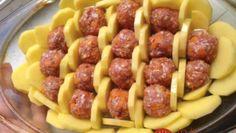 Oběd z jednoho pekáče: zapečené brambory s masovými kuličkami a smetanou Meatball Recipes, Beef Recipes, Cooking Recipes, Healthy Recipes, Czech Recipes, Ethnic Recipes, Time To Eat, Cooking Light, Food 52