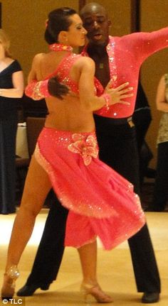 Now that's a salsa dress! Latin Dance Dresses, Ballroom Dance Dresses, Ballroom Dancing, Latina, Salsa Dress, Tango Dance, Dance Shirts, Salsa Dancing, Dance Outfits