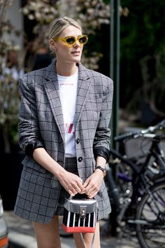 Chances are, you've probably seen a few plaid blazers around by now. Versatile and chic, a good plaid blazer works just as well for the office as it does for those weekend brunch dates. Mode 2018 Trends, Fashion 2018 Trends, Current Fashion Trends, Autumn Fashion 2018, Spring Fashion, New York Fashion Week Street Style, Spring Street Style, Cool Street Fashion, Style Fashion
