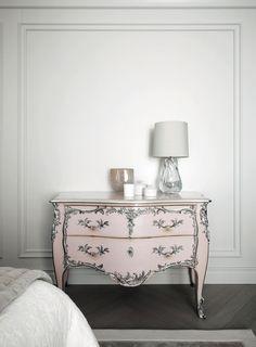 Sabe aquela moldura que deixa qualquer parede com cara de apartamento parisiense? Ela tem nome: é a boiserie. Paint Furniture, Upholstered Furniture, Furniture Makeover, Furniture Design, Upcycled Furniture, Shabby Chic Furniture, Dresser As Nightstand, Silver Dresser, Beautiful Bedrooms