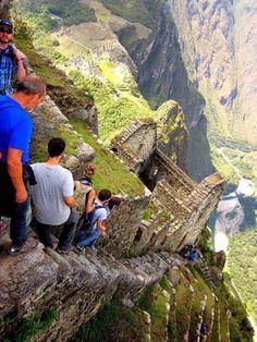 Las escalera fijas de Machu Picchu, Perú. Contemplar Machu Picchu desde la cima del Huayna Picchu es algo único y especial, pero llegar hasta allí puede ser un viaje muy peligroso.