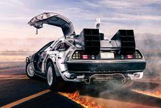 Delorean DMC-12, do filme De volta para o Futuro O DeLorean DMC-12 ficou famoso após viajar no tempo ao comando do Dr. Emmett Brown, em 1985. E se você é super fã do filme e do carro, e tem dinheiro sobrando, pode desembolsar cerca de US$ 25.995,00 e ter o seu próprio DeLoren. Sim, é verdade! Um empresário americano comprou os direitos da empresa e lançou algumas unidades no mercado.