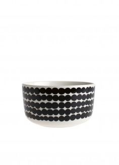 Eat your food in style with this Oiva Siirtolapuutarha Bowl from Marimekko. Made from white stoneware this bowl features the Siirtolapuutarha dotty line pattern. Being dishwasher, oven, microwave and freezer safe, this bowl is perfect for every t