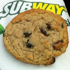Subway Oatmeal Raisin Cookies Recipe (tried it once, doesn't taste much like them, but it is a really yummy recipe anyways! Subway Oatmeal Raisin Cookies, Oatmeal Rasin Cookies, Subway Cookies, Cookie Desserts, Cookie Recipes, Dessert Recipes, Baking Cookies, Dessert Simple, Fast Food