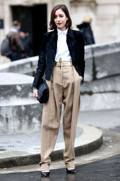 ゆったりしたパンツにゴールドのベルトが印象的。トレンドのハイウエスト。秋冬のハイウエストファッションコーデ術を集めました!