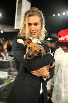 Actor Austin Butler poses with adoptable puppies from The Shelter Pet Project… Vanessa And Austin, Vanessa Hudgens And Austin Butler, Beautiful Boys, Gorgeous Men, Beautiful People, The Shelter Pet Project, Mtv Video Music Award, Music Awards, Shannara Chronicles