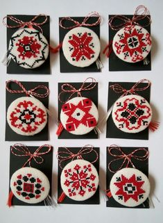 Martisoare traditionale Christmas Cross, Christmas Ornaments, Handmade Decorations, Cross Stitch Designs, Paper Crafts, Embroidery, Beads, Sewing, Holiday Decor