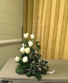 Christmas floral design. Flower arrangement  gardenclubjournal.blogspot.com