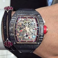 Vòng tay StingHD với những viên ruby lấp lánh được kết hợp với đồng hồ đẳng cấp Richard Mille.