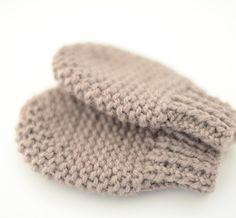 Manoplas tejidas a mano con lana orgánica. PLAZO DE ENTREGA 15 DIAS Summer Jacket, Crochet Bebe, Baby Needs, Baby Patterns, Lana, Little Girls, Weaving, Slippers, Blanket
