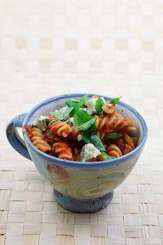 Schnelle Pasta mit einer würzigen Tomatensauce, die durch Pancetta, getrockenete Tomaten und schwarze Oliven aufgepeppt wird.