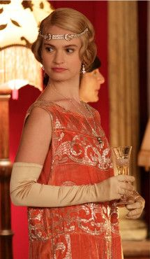 Downton Abbey Season 4 Costumes Designed by Caroline McCall. Lady Rose played by Lily James Downton Abbey Costumes, Downton Abbey Fashion, Pelo Vintage, Moda Vintage, Party Fashion, Look Fashion, Dress Fashion, Fashion Ideas, 1920s Fashion Dresses