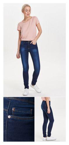 So einfach kann das perfekte Frühlingsoutfit sein: Zu dem schlichten Basic-Shirt in Zartrosa setzt die dunkelblaue Skinny-Jeans einen tollen Kontrast. Leichte Sneaker dazu – schon geht's mit einem superfrischen Look durch die blühende Jahreszeit.