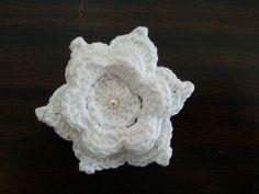 Flores de crochê para customizar suas peças. <br>Esta peça da foto possui 10 cm de diâmetro e <br>é feita em linha de algodão. <br> <br>Esse preço é por unidade. <br> <br>Faço na cor que você quiser. <br> <br>Para pedidos acima de 100 peças podemos negociar valores.