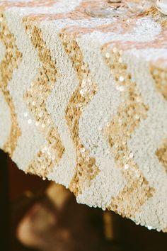 A tendência da toalha de mesa brilhante também está disponível em chevron. E nós AMAMOS chevron! :P