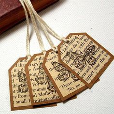 10 Fun DIY Bookmarks - Crafty Dutch Girl 10 Fun DIY Bookmarks - Crafty Dutch Girl<br> These bookmarks are so fun to make. Try all these 10 bookmarks for your own use or give as a fun gift! Use different materials you probably already have. Old Book Crafts, Book Page Crafts, Diy Old Books, Diy Marque Page, Diy And Crafts, Paper Crafts, Geek Crafts, Diy Bookmarks, Old Book Pages