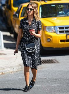 Jessica Alba: 18 perfect off-duty looks ♥ We chart the actress' most stylish daywear outfits Jessica Alba Outfit, Jessica Alba Style, Jessica Alba Casual, Jessica Alba Fashion, Look Street Style, Street Style Summer, Summer Work, Spring Summer, Celebrity Look
