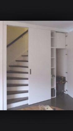 Bij mijn trapkast: als rechts smalle plankjes komen, kan een deel uit naar voren gerichte vakjes bestaan, zoals hier de kolom rechts.