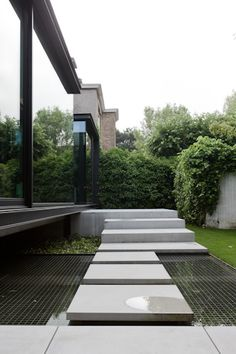 Combination of roof garden technology (mesh walkways) over water feature with floating slab entry: caan architecten / maison vh, brugge