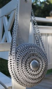 Made with soda can pop tabs Soda Tab Crafts, Can Tab Crafts, Tape Crafts, Pop Tab Purse, Pop Can Tabs, Accessoires Barbie, Soda Tabs, Pop Cans, Crochet Purses