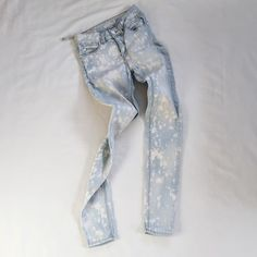 "UO | Acid Wash High Rise Skinnies FEATURES:  *High waist fit  *Classic 5 pocket styling  *Zip fly  *96% cotton 4% spandex  MEASUREMENTS: Waist - 25"" Hips - 28"" Inseam - 29"" this item stretches  ✅ Overall good condition. One of the belt loops is torn. ⛔️ NO SWAPS/TRADES/RESERVES Style no. 03-80-16 Urban Outfitters Jeans Skinny"