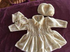Ensemble manteau, bonnet et écharpe feuille avec passant devant, laine bergère de France, bonnet agrémenté dune rose au crochet