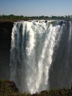 Las cataratas Victoria, constituyen un salto de agua del río Zambeze situado en la frontera de Zambia y Zimbabue. Fueron declaradas Patrimonio de la Humanidad por la Unesco, en el año 1989, protegiendo un área de 8.780 ha. Están formadas por la caída en picado en una sola vertical de una sima de entre 60 y 120 m de ancho, esculpida por sus aguas a lo largo de una meseta de basalto.