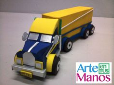 Camión o trailer creado con cajas y  Material Reciclado