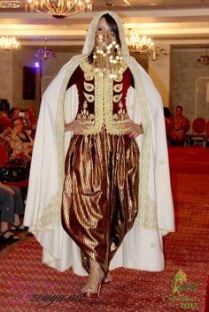 """""""Karakou"""", veste traditionnelle d'Algérie,  brodée de """"sarouel""""*, ici portée avec un  """"badroune"""" / """"Karakou"""", traditional jacket of Algeria, embroidered with """"Fetla""""*, here worn with """"sarouel""""  *FETLA : broderie traditionnelle algérienne au fil d'or, née à Annaba, dont la particularité est de percer le velours en un seul point, et de réaliser une infinité d'enchevêtrements avant de revenir au point de départ.  Brève histoire de la Fetla : https://www.youtube.com/watch?v=iEBL9ZE67Ss"""