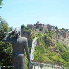 """Aqui moram apenas 12 habitante. A 125 quilômteros de Roma repousa uma ilha de pedras, a """"cidade que morre"""". http://escolhoviajar.com/conheca-civita-de-bagnoregio-uma-cidade-fantasma-na-italia/"""