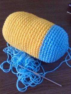 Cafe Con Lana: Patron amigurumi minion kevin Crochet Fish, Crochet Baby, Knit Crochet, Crochet Patterns Amigurumi, Crochet Dolls, Knitting Patterns, Minion Crochet, Crochet Keychain, Crochet Projects