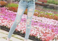 O bom e velho jeans destruído ainda é e promete não sair do posto de querido das fashionistas http://vilamulher.terra.com.br/jeans-destroyed-continua-com-tudo-14-1-32-2683.html