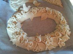 Pane decorato con rose e colombe