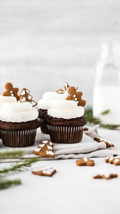 These gingerbread cupcakes are the perfect holiday treat! They're topped with a delicious cream cheese frosting and mini homemade gingerbread cookies. [Try making mini-sized cupcakes for party food. Holiday Cupcakes, Holiday Baking, Christmas Desserts, Holiday Treats, Christmas Treats, Christmas Baking, Christmas Cookies, Mini Christmas Cakes, Winter Cupcakes