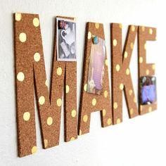 pinnwand selber machen, buchstaben aus kork dekoriert mit goldenen punkten, fotos
