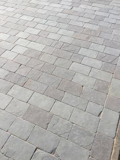 Precious Tips for Outdoor Gardens In general, almost half of the houses in the world… Grey Block Paving, Grey Pavers, Block Paving Driveway, Brick Driveway, Front Garden Ideas Driveway, Driveway Landscaping, Cobbled Driveway, Limestone Patio, Garden Paving