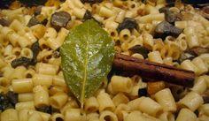 Υλικά: – μισό κιλό μακαρονάκι κοφτό – μισό κιλό μανιτάρια πορτομπέλο – ένα μεγάλο κρεμμύδι ξερό σε κυβάκια – 2-3 ντομάτες ψιλοκομμένες – αλάτι, – πιπέρι, – ένα ξυλαράκι κανέλα, – ένα δαφνόφυλλο Macaroni And Cheese, Vegan Recipes, Beverages, Cooking, Ethnic Recipes, Food, Baking Center, Vegane Rezepte, Koken