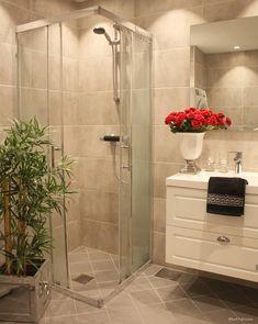 Baderom - Lilly is Love Bathroom Tile Designs, Modern Bathroom Design, Bathroom Interior Design, Guest Bathroom Remodel, Bathroom Renos, Minimalist Showers, Dere, Farmhouse Christmas Decor, House And Home Magazine