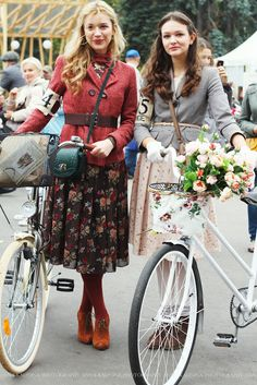 Like both looks -- tweed ride (the dark floral skirt is appealing, and the lady on the right has a lovely outfit). Tweed Ride, Cycle Chic, Look Fashion, Winter Fashion, Womens Fashion, Bike Fashion, Fashion 2014, Petite Fashion, Bike Style