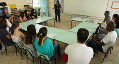 Professora faz reunião com pais da Educação Infantil (Foto: Gabriela Portilho)