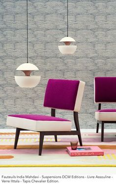The stylized waves on this wallcovering evoke the Yangzi, the longest river in China. The pattern is printed on a raffia straw laminated on a metallic ground reminiscent of sparkling water.