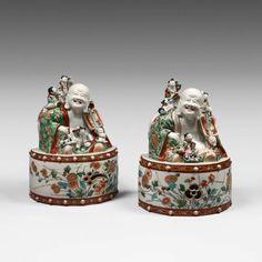 Paire de Putai assis sur un tambour en porcelaine Imari, Japon époque Edo, ère Genro