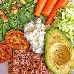 Sen træning = sen (nem) aftensmad. Det blev lige hvad jeg havde i køleskabet. Tun, fiskedunser, spidskål, hyttebørge, spinat, avocado, gulerødder og peanuts. Vidste i godt at peanuts er en naturlig kilde til BCAA? 💪🏼 nu vil jeg hoppe på jernhesten og cykle mod solnedgangen, som en anden cowboy 😄 #eatclean #organic, #cleaneating, #eatgreen #fitfamdk #instafitdk #fitdk #fitbd #øko #fitfood #healthychoices #balance #healthyfood #livsglæde
