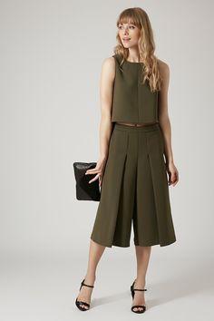 prenda híbrido que fusiona la esencia de los bermudas, el ancho de los pantalones palazzo y el largo de las faldas midi. Se llaman culottes Topshop