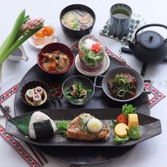 Japanese Dinner, Japanese Food, Plate Presentation, B Food, Home Food, Japanese Pottery, Coffee Break, Fresh Rolls, Bento