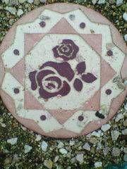 昨日まで続いたゲリラ雨がやっと止みました。久しぶりに庭に出てみました。もう終わったと思っていたバラがまた咲いていました(*^_^*)シャンテ・ロゼ・ミサトボーダーローズも蕾をたくさんつけて、また咲きました。どちらも、四季咲きです。庭の入り口からバラの所までステップストーンを敷いています。バラ柄のステップストーン可愛いでしょ?今年の春、ネットで見つけました(^_-)下げるガラスの鉢も雑貨屋で見つけました。ミニ観葉植物を下げています今日の紅茶水だしの「マスカットダージリン」私のお気に入りの有田焼のカップでいただきました。最近、息子も紅茶を気に入ってて「今日の紅茶、何?」と聞いてきます。今日のはマスカットの香りがして甘く、ストレートでも美味しいとの感想でした(^-^)明日はどんな紅茶を入れようかなぁ?今日のバラと雑貨